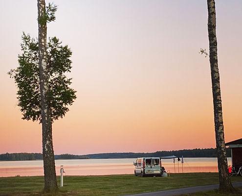 Sonnenuntergang über Campingplatz am Strand